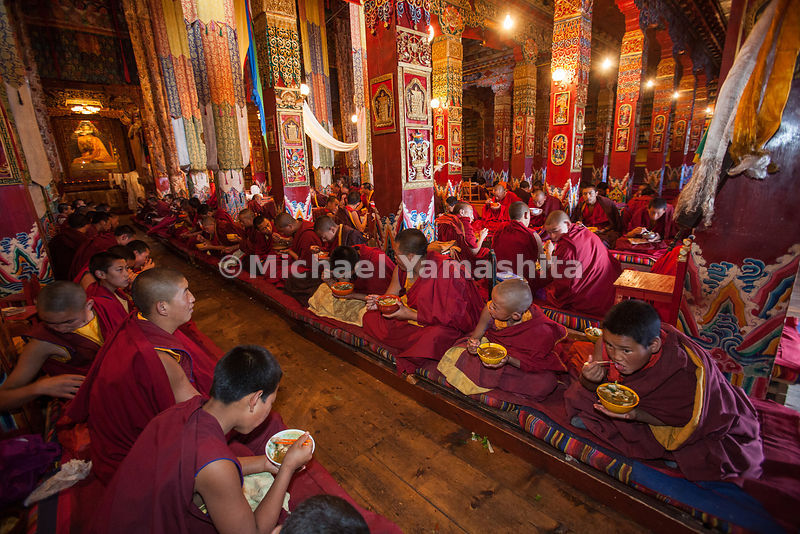 Chamagudao, Tea Horse Road, Ganze monastery is one of the most important in Kham area. Once had over 1000 monks, 50 years ago, now down to 370. Many have fled to India. Gelukpa school. Pics of evening meal