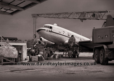 Engine change | Dakota A65-94  |  RAF Changi March 1962
