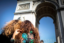 Paris, place de l'Etoile, Arc de Triomphe, couple