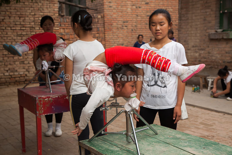 The Grand Canal once ferried acrobats from Wuqiao County to shows in port towns. Though the canal is now dry, the circus tradition survives. Aspiring performers attend schools in the area to learn tumbling, juggling, and contortion.