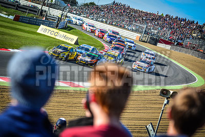 44_-_BTCC_Paddock_Hill_Bend_Brands_Hatch_through_the_crowd
