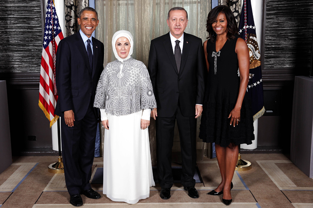 NEW YORK, UNITED STATES - SEPTEMBER 24: Turkish President Recep Tayyip Erdogan (R-2) and First Lady Emine Erdogan (L-2), US President Barack Obama (L) and First Lady Michelle Obama (R) pose ahead of a reception hosted by Obama in New York, United States, on September 24, 2014. (Photo by Lawrence Jackson/Pool/Anadolu Agency/Getty Images)