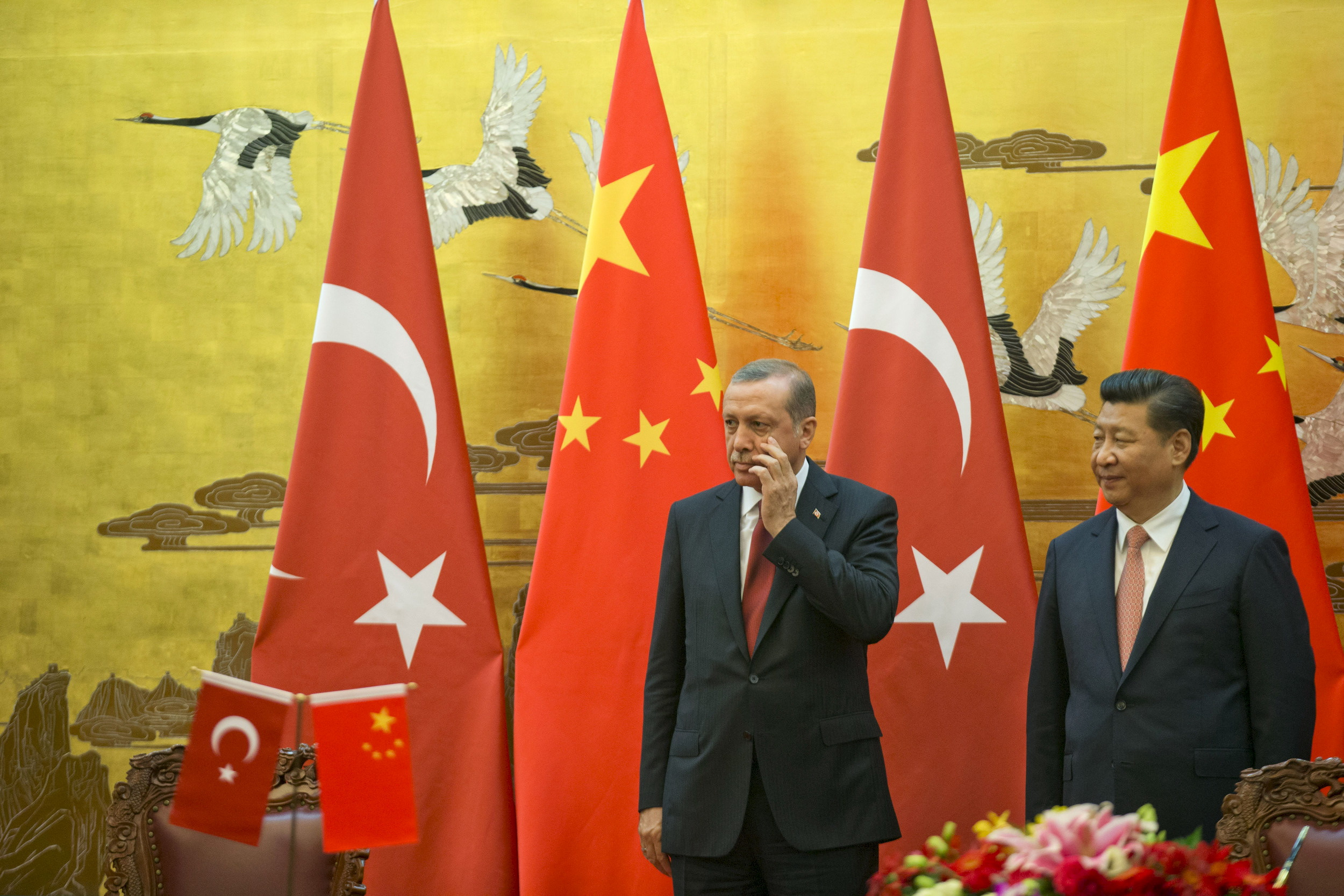 Chinese President Xi Jinping (R) stands next to Turkey's President Recep Tayyip Erdogan, as they attend a signing ceremony at the Great Hall of the People in Beijing, China July 29, 2015. REUTERS/Ng Han Guan/Pool - RTX1M991
