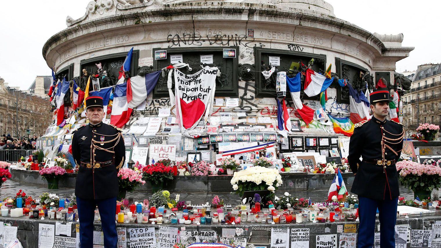 fleurs-et-bougies-place-de-la-republique-a-paris-le-10-janvier-2016-en-hommage-aux-victimes-des-attentats_5509039