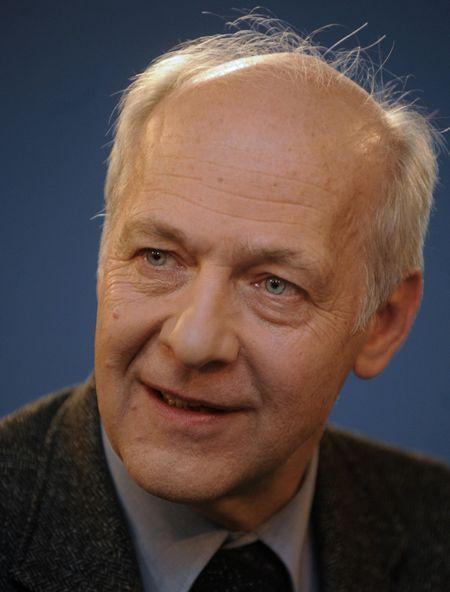 Politolog Jacques Rupnik v předsálí studia České televize, kde vystoupil 14. listopadu v diskusním pořadu Otázky Václava Moravce.
