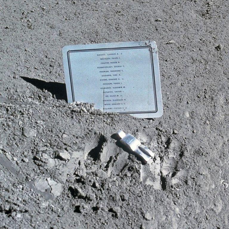 800px fallen astronaut