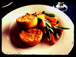 Red pepper polenta cakes with vegetables