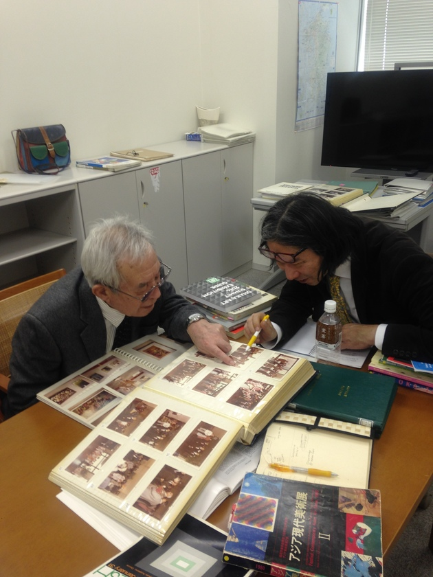 Raiji kuroda and yasunaga koichi identifying visitors to the first asian art show part ii in february 2016 in fukuoka