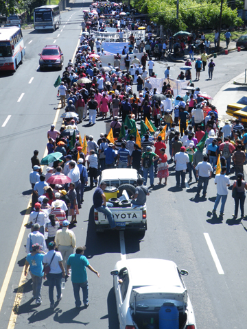 Demonstration in San Salvador, urging lawmakers to institute legislation ensuring the human right to water. Photo by: Robin Oisn Llewellyn.