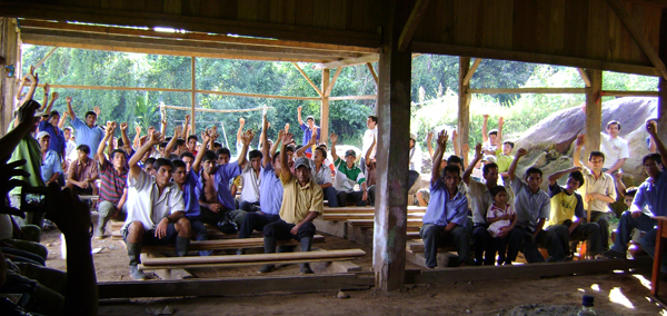 Ronderos voting to create Hocicón Reserve. Photo by: Noga Shanee.
