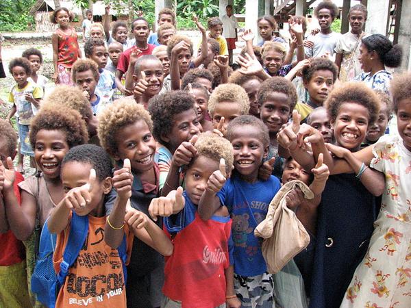 Children outside Tuo school, Fenualoa, Reef Islands, Solomon Islands. Photo by: Pohopetch/Creative Commons 3.0.