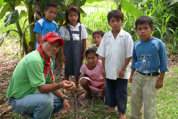 Member of the Amazon Amphibian Protectors Club showing off a specimen to children. Photo by: Marcy Sieggreen.