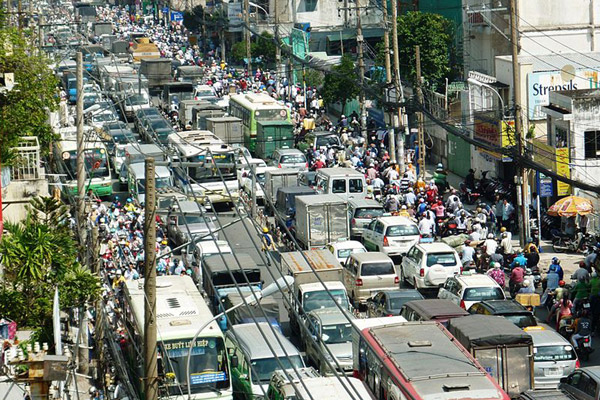 Traffic jam and crowded streets in Ho Chi Minh City, Vietnam. Photo by: Ngô Trun