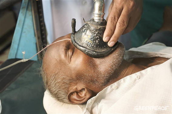 Bhagwat Saw, 69, in hospital after he was diagnosed with pneumoconiosis. He has been working as a coal loader for over 40 years.  Peter Caton / Greenpeace.