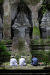 Pria berdoa di makam Gunung Kawi