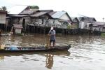 Man fishing in Banjarmasin [kalsel_0334]