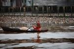 Woman paddling a canoe in Banjarmasin [kalsel_0341]