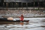 Woman paddling a canoe in Banjarmasin [kalsel_0342]