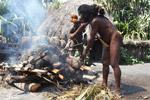 Dani man roasting pig [papua_0519]