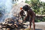 Dani man roasting pig [papua_0521]