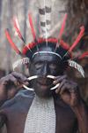 Papua man mengeluarkan tulang dari hidungnya