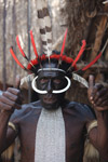 Dani pria di New Guinea dengan tulang babi di hidungnya