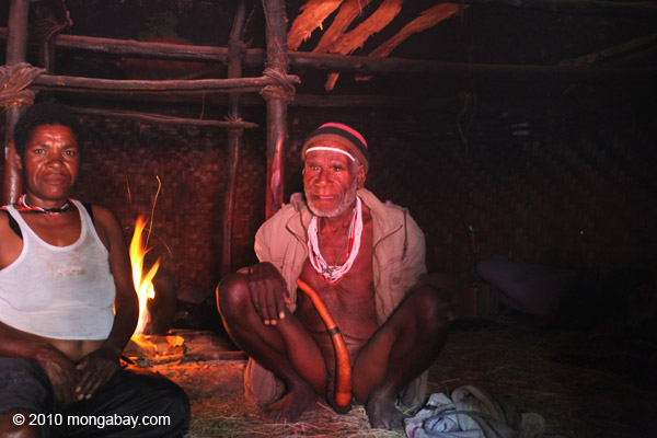 Group of Lani people in a hut [papua_5106]