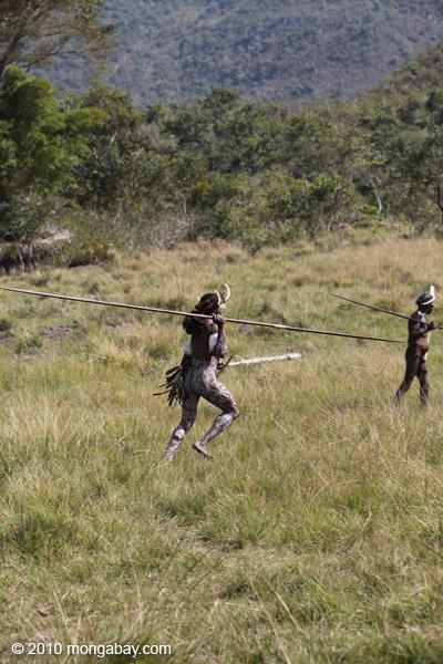 Dani men in ceremonial battle [papua_5495]
