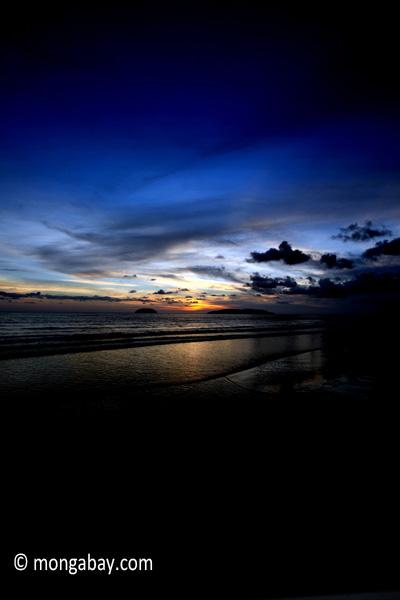 Matahari terbenam di sebuah pantai di kota kinabalu