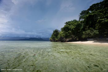 Praia na Ilha de Bunaken no Norte de Sulawesi