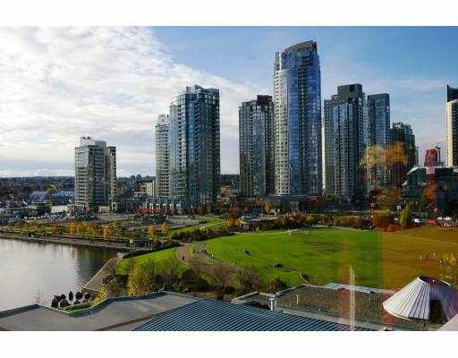"Main Photo: 1005 1383 MARINASIDE CR in Vancouver: False Creek North Condo for sale in ""THE COLUMBUS"" (Vancouver West)  : MLS®# V572289"