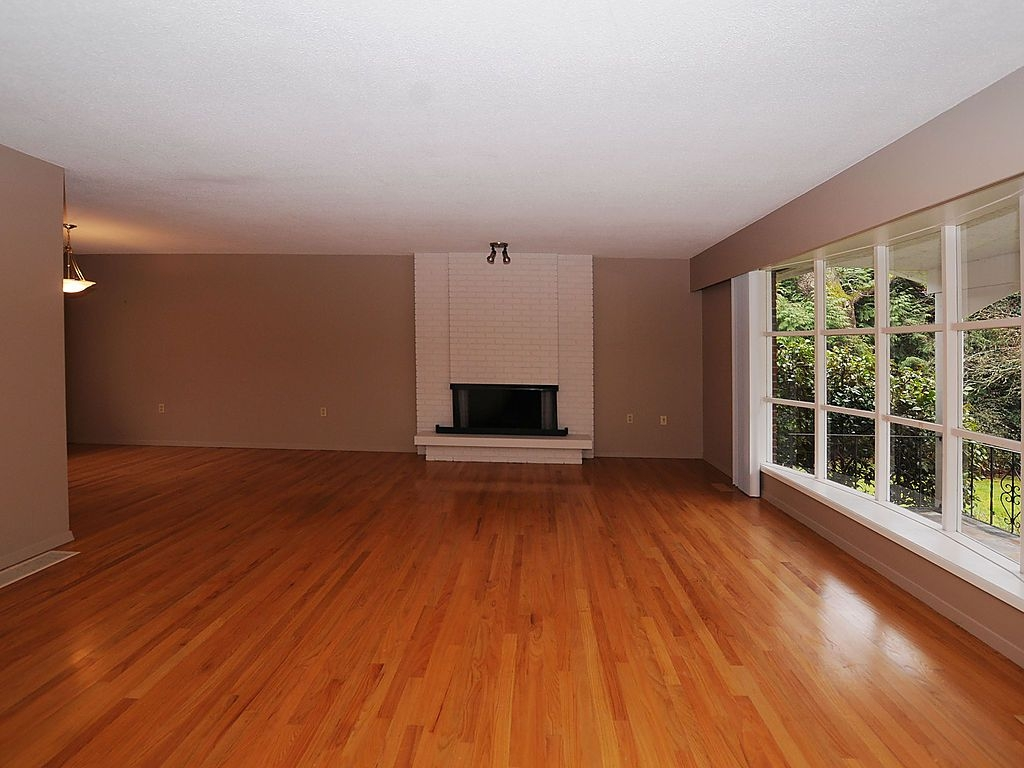 Photo 2: 2006 Runnymede Ave in Victoria: Residential for sale : MLS® # 289922
