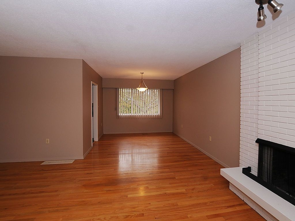 Photo 3: 2006 Runnymede Ave in Victoria: Residential for sale : MLS® # 289922
