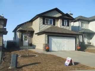 Main Photo: 152 Castle Drive: House for sale : MLS(r) # E3136742