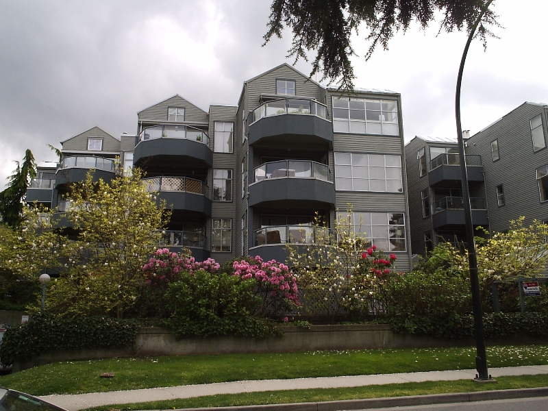 "Main Photo: 407 2250 W 3RD Ave in Vancouver: Kitsilano Condo for sale in ""HENLEY PARK"" (Vancouver West)  : MLS®# V644889"