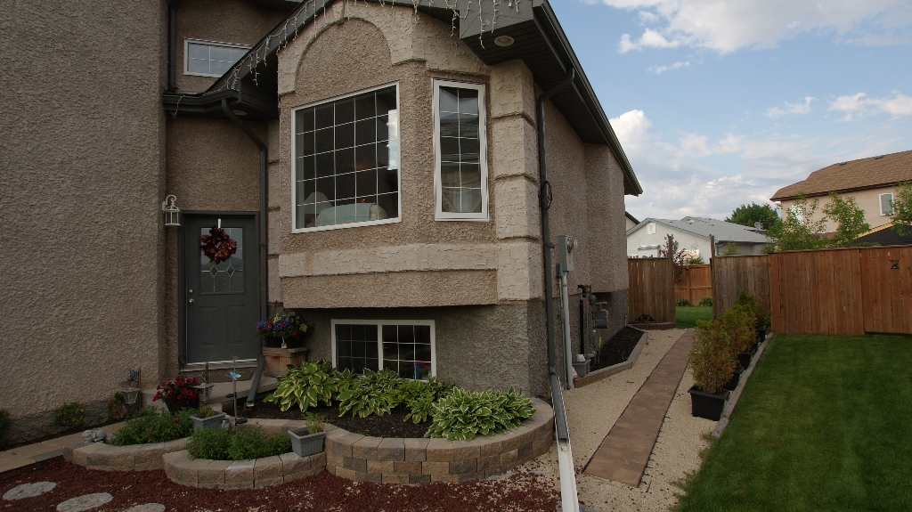 Photo 2: 108 William Gibson Bay in Winnipeg: Transcona Residential for sale (North East Winnipeg)