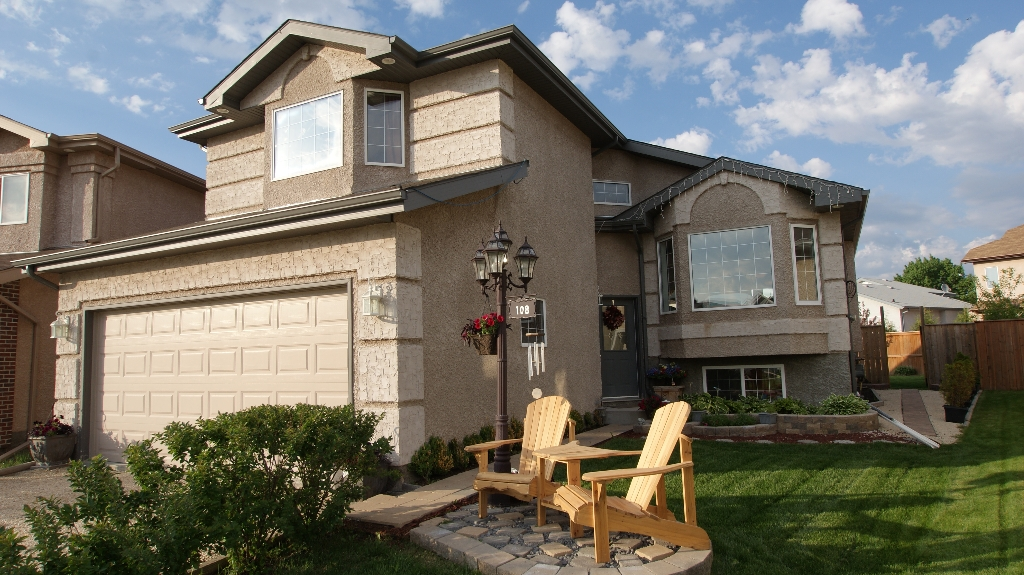 Main Photo: 108 William Gibson Bay in Winnipeg: Transcona Residential for sale (North East Winnipeg)