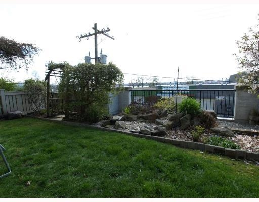 Photo 10: 111-333 East 1st Street in North Vancouver: Lower Lonsdale Condo for sale : MLS(r) # V762405