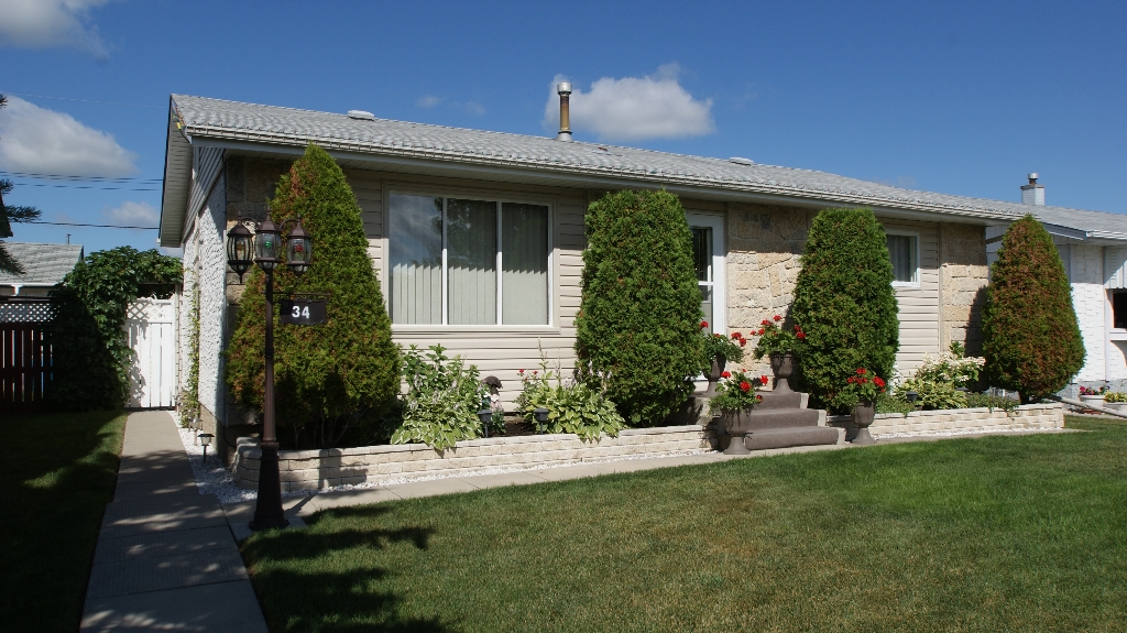 Main Photo: 34 Ellington Street in Winnipeg: West Kildonan / Garden City Residential for sale ()