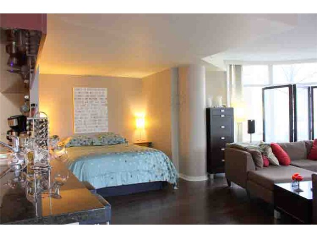 "Photo 3: 190 COOPER'S MEWS BB in Vancouver: False Creek North Condo for sale in ""QUAY WEST"" (Vancouver West)  : MLS(r) # V881995"