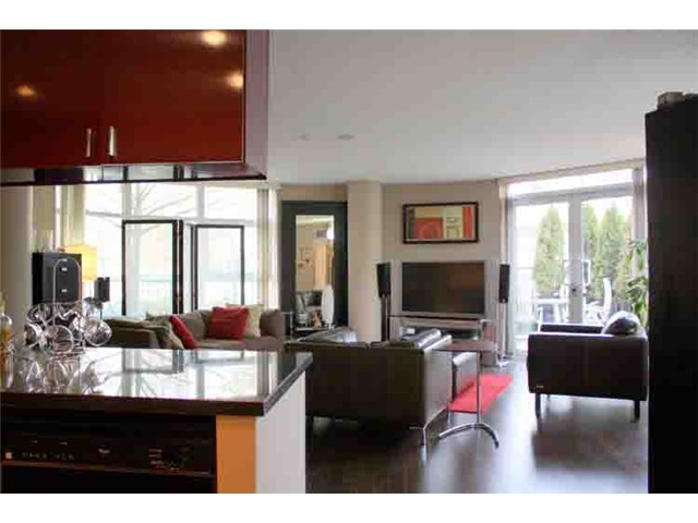 "Photo 2: 190 COOPER'S MEWS BB in Vancouver: False Creek North Condo for sale in ""QUAY WEST"" (Vancouver West)  : MLS(r) # V881995"