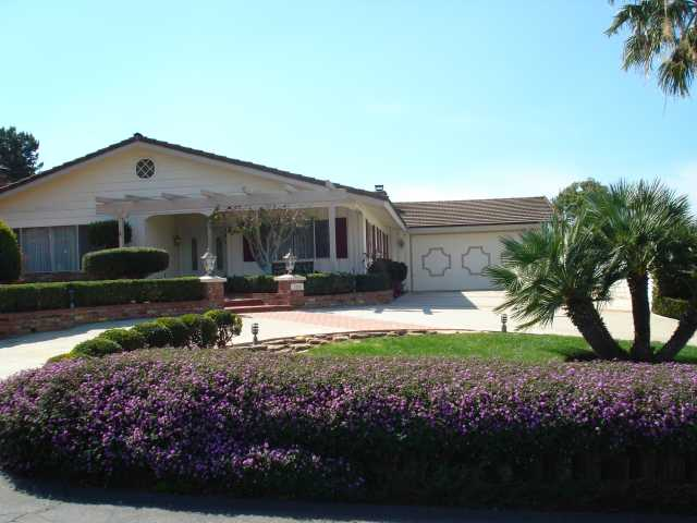 Main Photo: SOUTHWEST ESCONDIDO House for sale : 3 bedrooms : 3207 Via Loma Vista in Escondido
