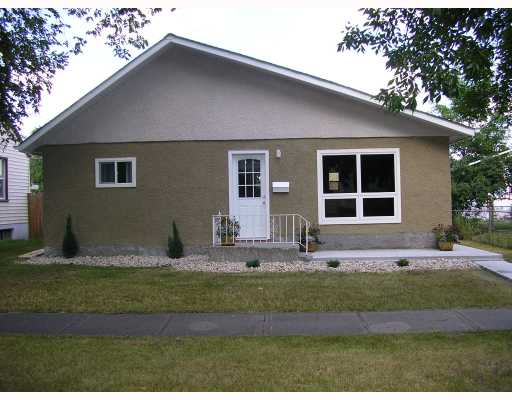 Main Photo: 403 MELBOURNE Avenue in WINNIPEG: East Kildonan Residential for sale (North East Winnipeg)  : MLS® # 2815196