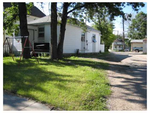 Photo 2: 557 DOUCET Street in WINNIPEG: St Boniface Residential for sale (South East Winnipeg)  : MLS® # 2710760