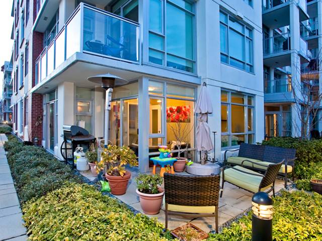 "Main Photo: 305 2228 W BROADWAY in Vancouver: Kitsilano Condo for sale in ""THE VINE"" (Vancouver West)  : MLS®# V874301"