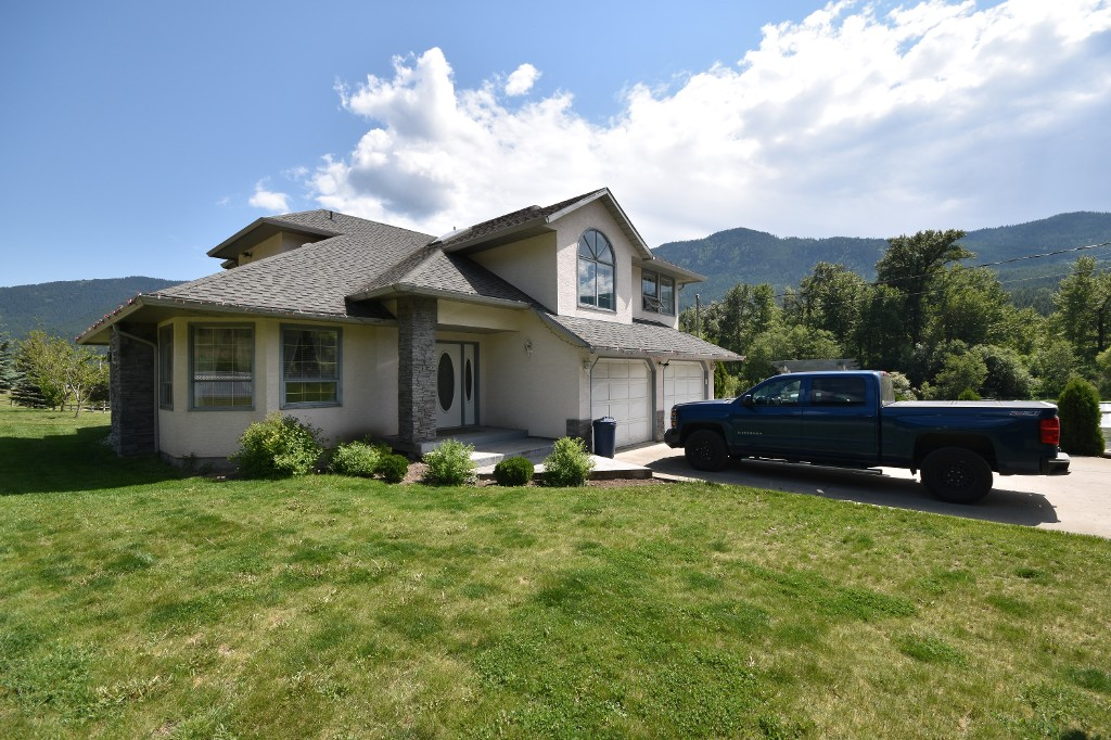 Main Photo: 4675 Highway 97 in Falkland: Salmon Vly / Falkland House for sale (North Okanagan)  : MLS® # 10117553