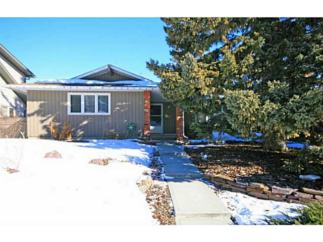 Welcome to 1527 Lake Twintree Way!  A great street in Lake Bonavista located close to schools, amenities and the Lake.