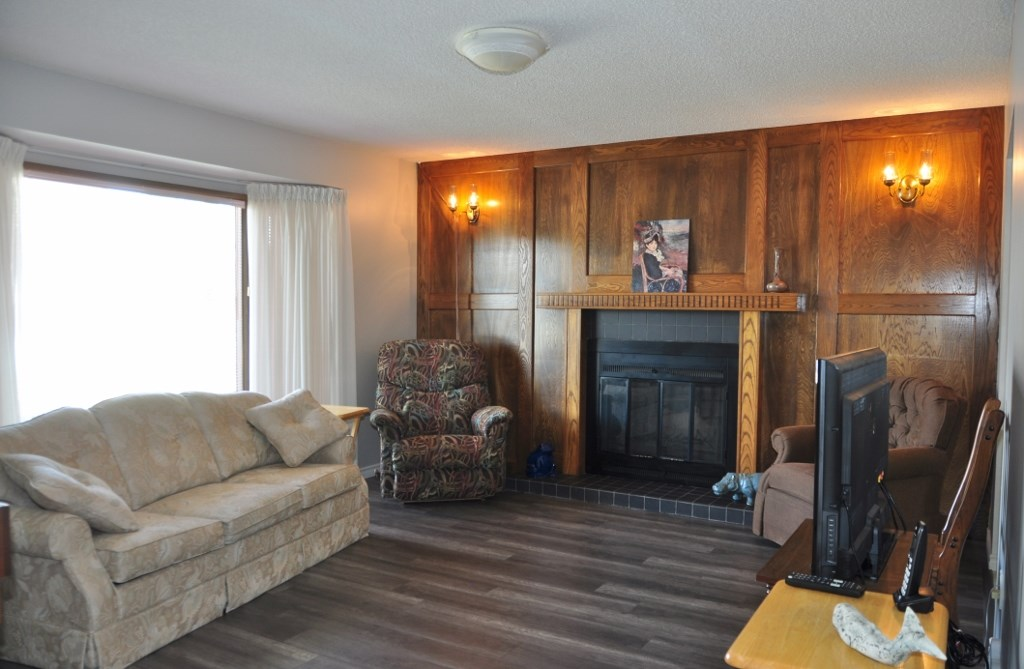 Photo 2: 5516 35 Avenue in Edmonton: Zone 29 House for sale : MLS(r) # E4068896