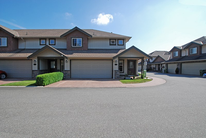 "Main Photo: 60 6887 SHEFFIELD Way in Sardis: Sardis East Vedder Rd Townhouse for sale in ""PARKSFIELD PLACE"" : MLS® # R2183284"