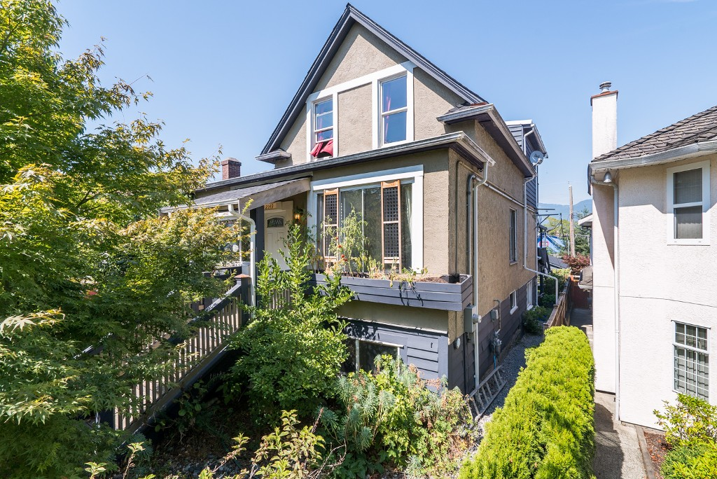 Main Photo: 2149 PARKER Street in Vancouver: Grandview VE House for sale (Vancouver East)  : MLS(r) # V1138745